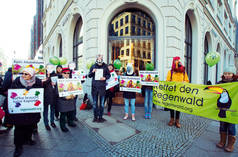 Demo vor Nespresso Boutique in Berlin