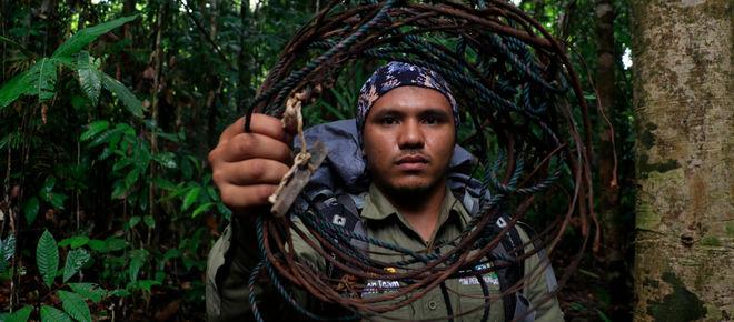Ranger mit Schlingfalle im Leuser Nationalpark