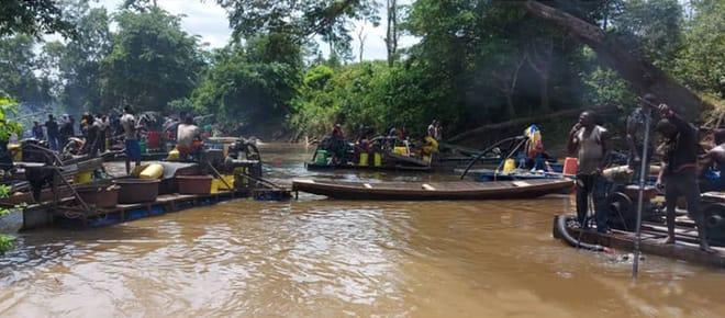 Goldsucher auf einem Fluss in der Elfenbeinküste