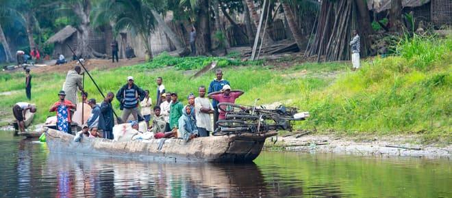 Eine voll beladene Piroge ist auf dem Kongo-Fluss unterwegs