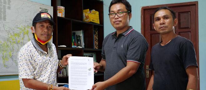 Effendi Buhing aus Kinipan und Safrudin Mahendra von Save Our Borneo
