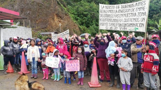 Menschen protestieren gegen den Bergba mit Bannern und Plakaten
