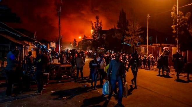Menschen fliehen nach dem Ausbruch des Vulkans Nyiragongo aus Goma