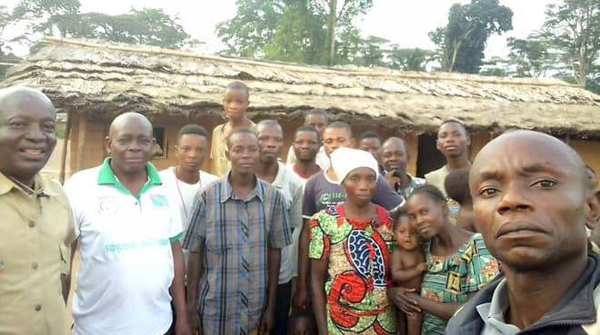 Mitglieder von RIAO-RDC mit Einwohnern der Gemeinde Bongemba / Yahuma