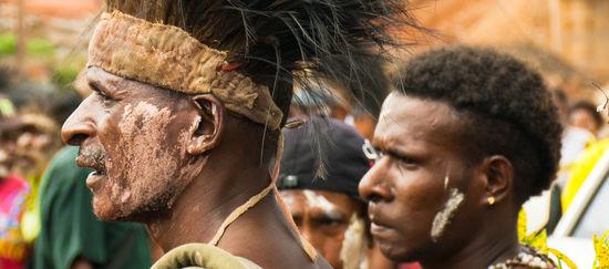 Männer mit Kopfschmuck bei einem Fest in Papua