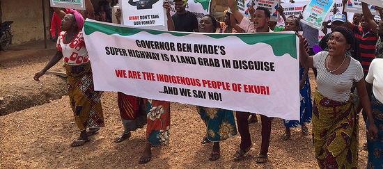 Indigene Ekuri demonstrieren gegen einen Highway