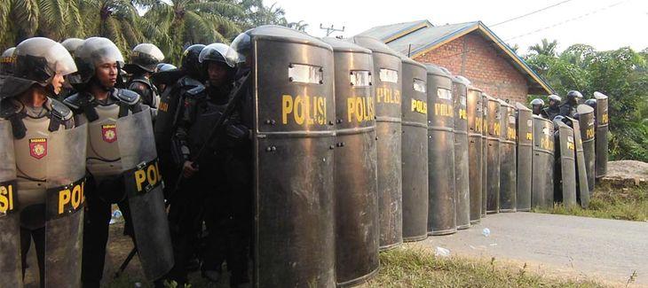 Polizeibrigade in Indonesien auf einer Palmöl-Plantage